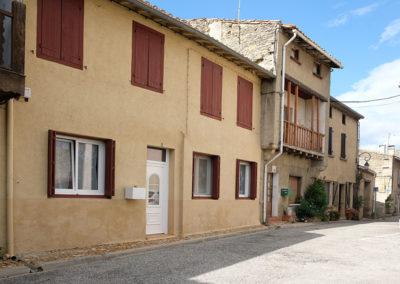 Façade place du Village Saint-Papoul